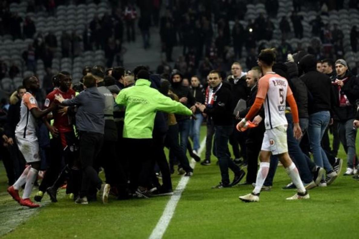 Amenazas de los ultras a los jugadores del Lille el pasado sábado. AFP
