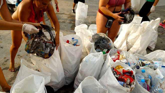 Recollits 60 quilos d'escombraries en dues hores a la platja de la Barceloneta