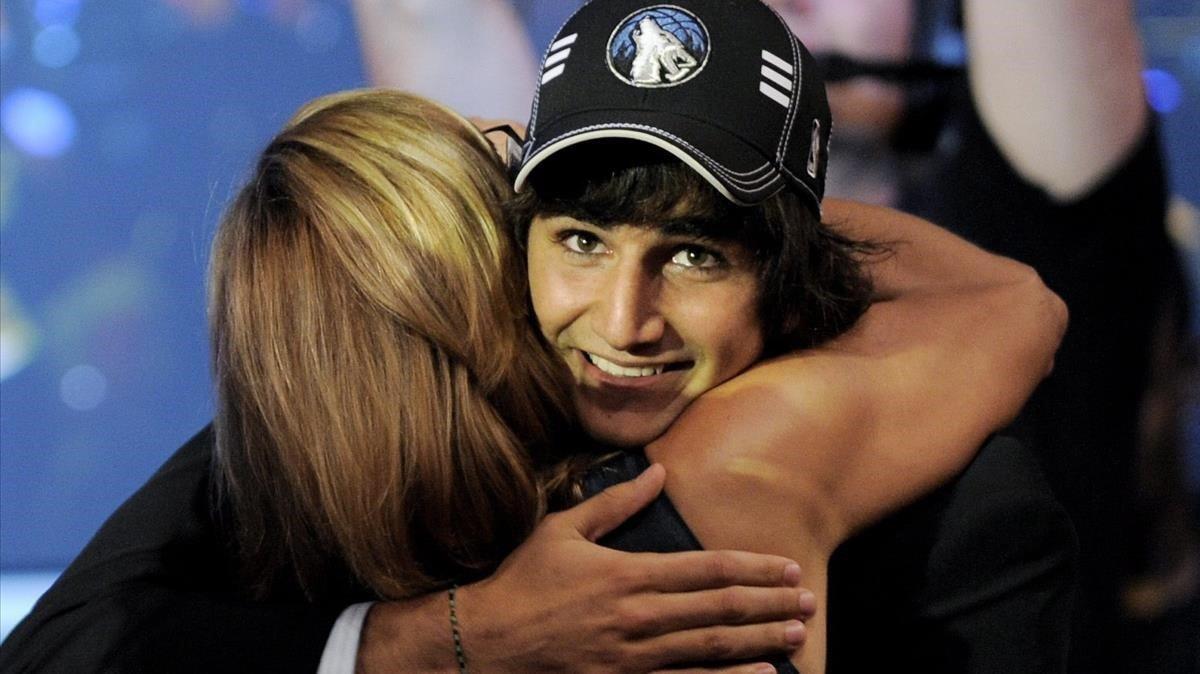 Ricky Rubio, felicitado por su madre, en el draft de baloncesto de la NBA en Nueva York, en el 2009.