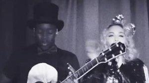 Madonna y su hijo, en concierto.