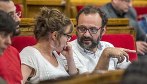 Los diputados de la CUP Benet Salellas y Mireia Vehí.