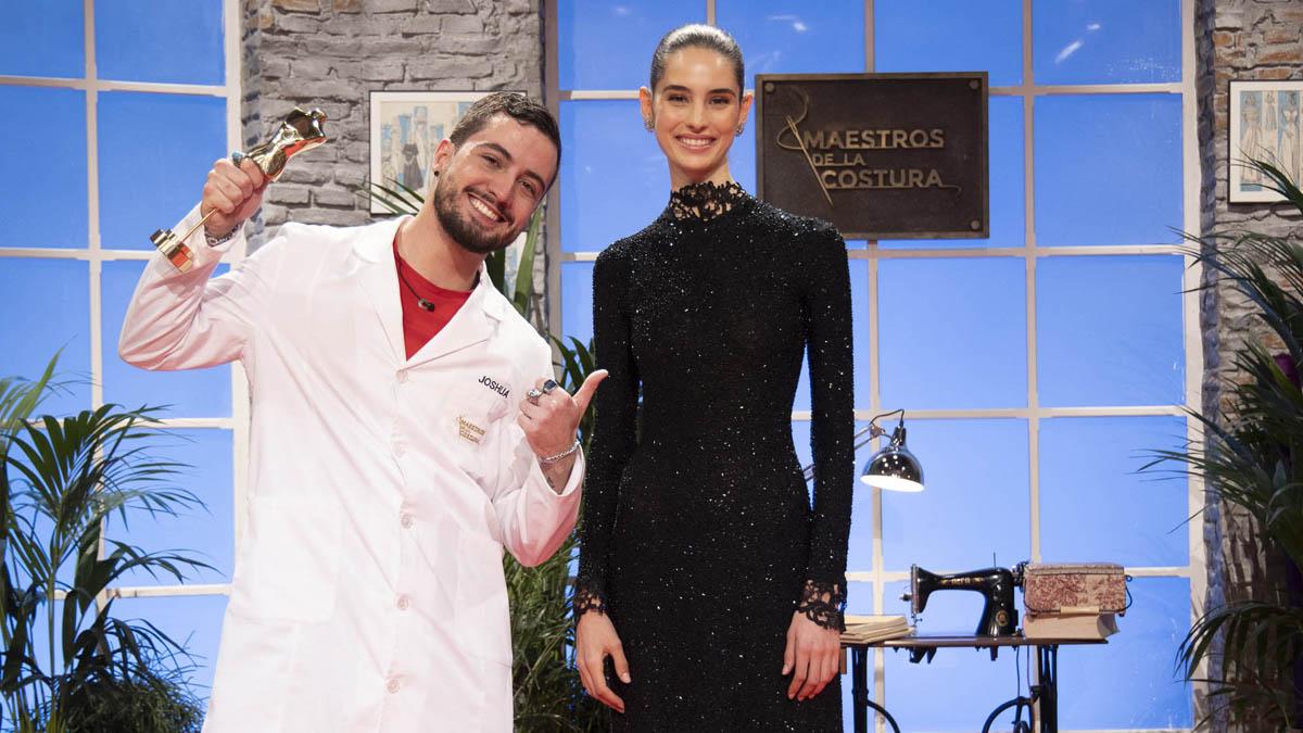 Joshua Velázquez, ganador de 'Maestros de la costura', con África Peñalver, luciendo su diseño.