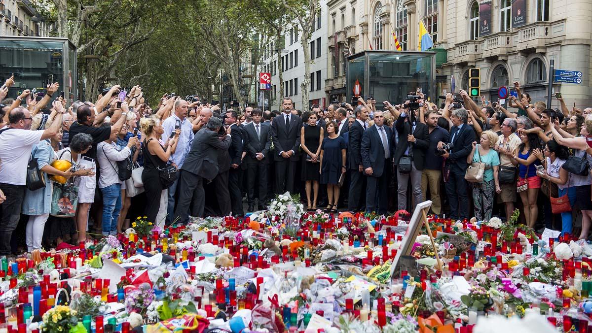 Los Reyes, Puigdemont y la alcaldesa de Barcelona, Ada Colau, han depositado un ramo de flores y una vela sobre el mosaico de Miró.