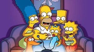 La familia Simpson, en el icónico sofá.