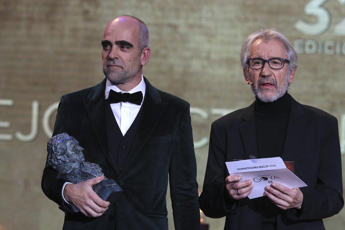 El actor Luis Tosar junto a José Sacristan durante la ceremonia de entrega de la 32 Edición de los Premios Goya