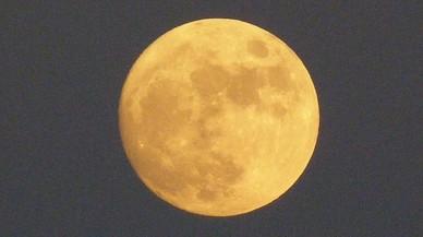Luna llena vista desde la playa de Gavà.