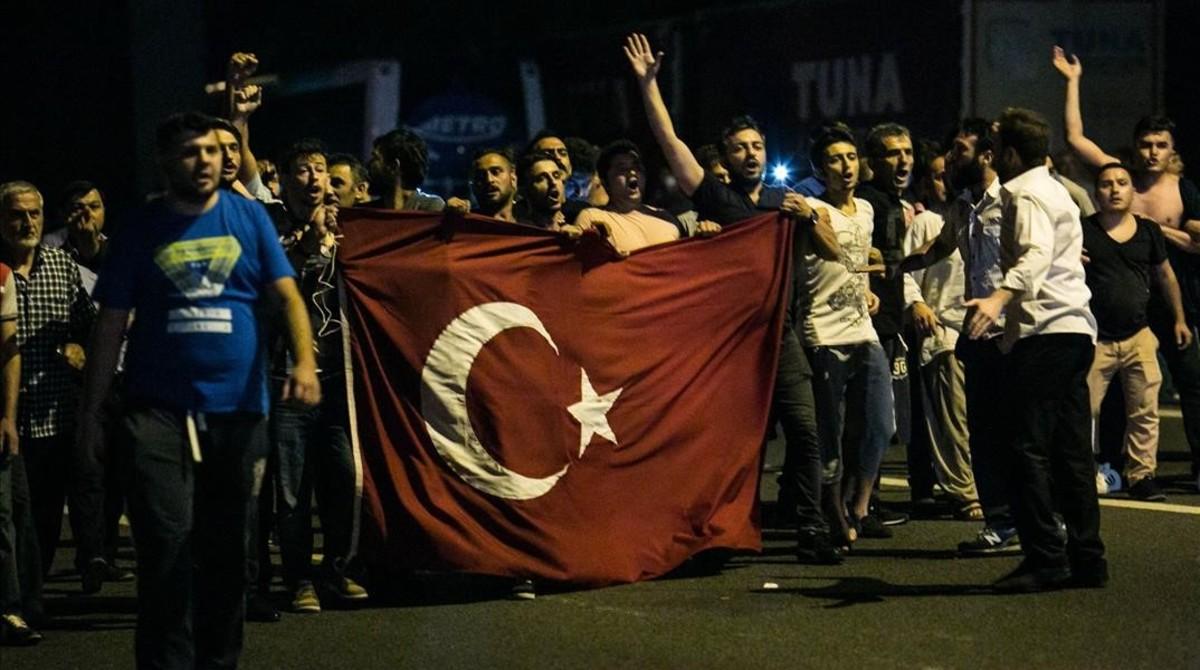 Manifestaciones en Estambul durante el golpe de julio del 2016.