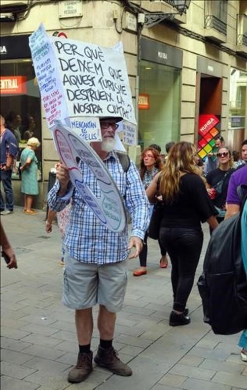 Manifestante contra el turismo en la Plaça de Sant Jaume