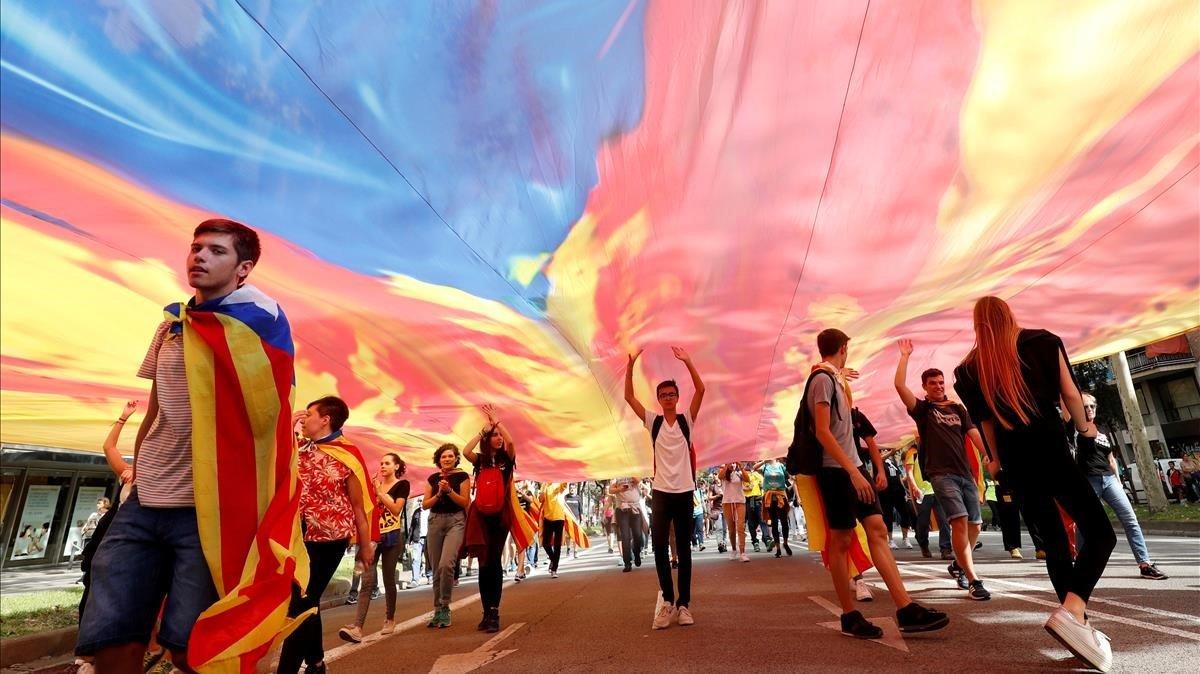 Manifestantes en la Diagonal de Barcelona se dirigen a la manifestación de Jardinets.