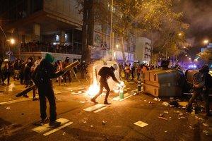 Manifestantes queman contenedores en los aledaños del Camp Nou, este miércoles.
