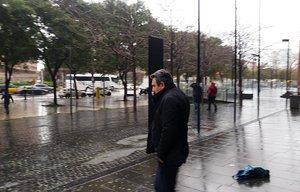 Manuel Bustos saliendo de la Ciudad de la Justicia.