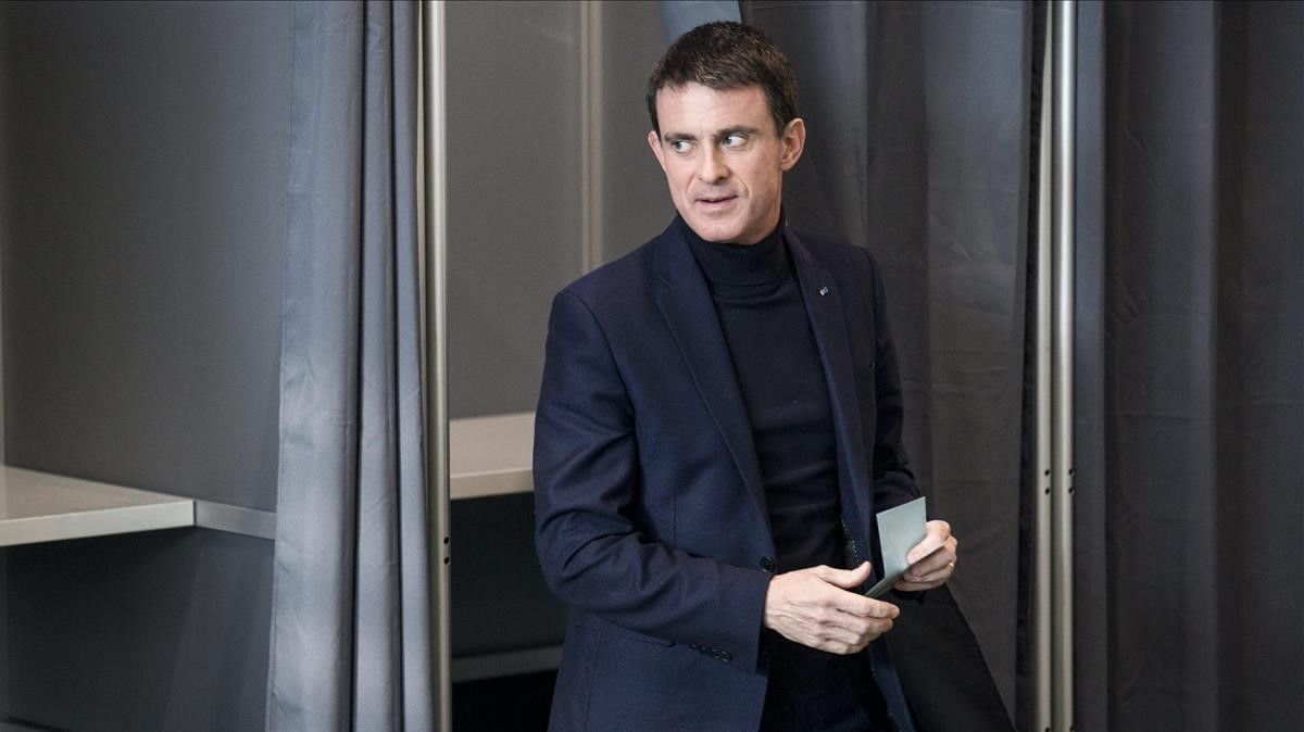 Manuel Valls, en eneero del 2017, tras votar en Évry enlas elecciones primarias de los socialistas franceses.