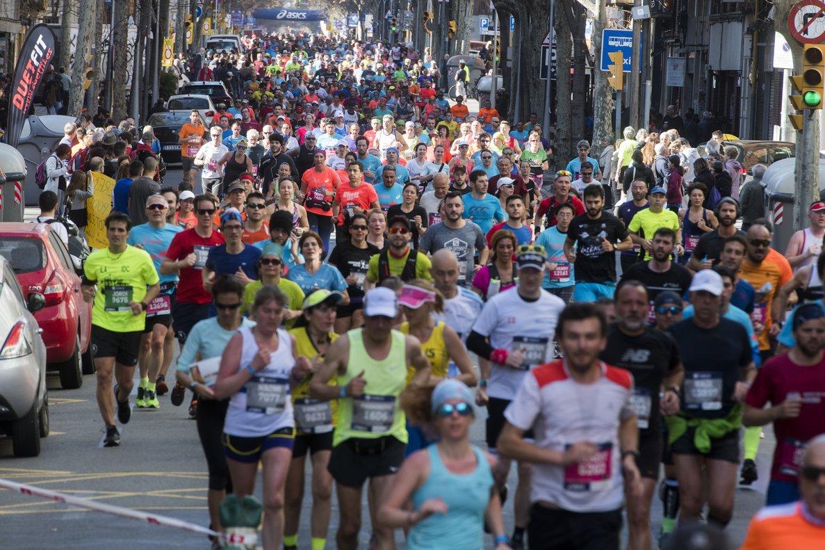 Corredores del maratón de Barcelona del 2019 a su paso por la calle de Mallorca.