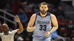 Marc Gasol, pívot de los Memphis Grizzlies, celebra un triple anotado contra los Atlanta Hawks.