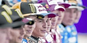 Marc Márquez, bicampeón del mundo de MotoGP en los dos últimos años, centra la foto oficial del Mundial de motociclismo en Doha (Catar), ayer.