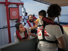 La médico María José Herrero, acaricia a un bebé en el barco 'Dignity 1', de Médicos Sin Fronteras.