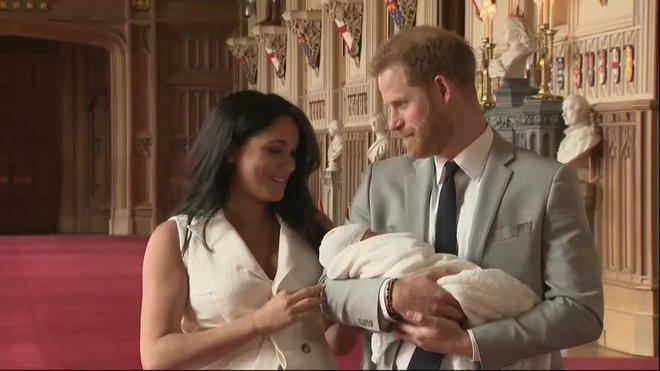 El bebé, que pesó 3,3 kilos y que aún no tiene nombre, es el primer hijo de los duques de Sussex, Enrique y Meghan, y el cuarto nieto del príncipe Carlos, heredero de la corona británica.