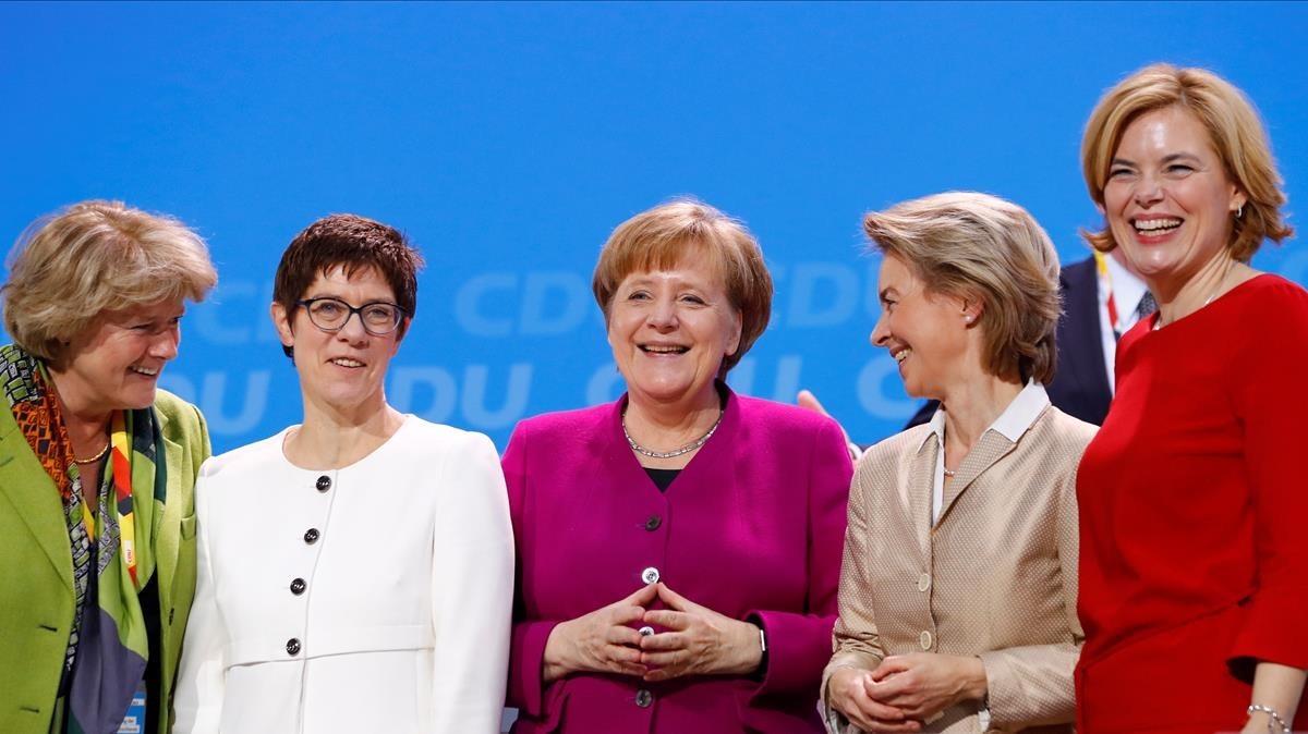 Merkel, en el centro, rodeada de cuadros femeninos de la CDU, este lunes 26 de febrero.