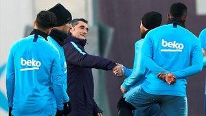 Messi felicita a Valverde por su 55 cumpleaños en la ciudad deportiva del Barça en Sant Joan Despí.