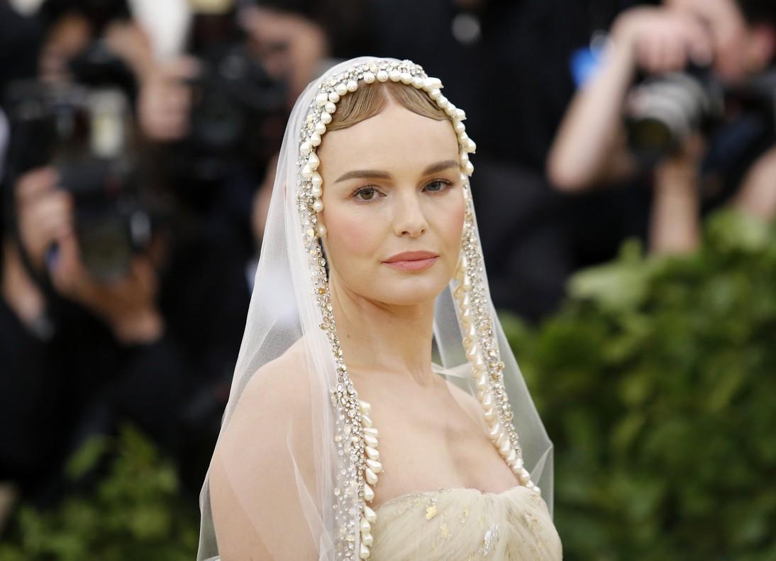 La actriz Kate Bosworth con un look impresionante inspirado en la Virgen María, obra de Óscar de la Renta.