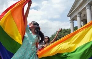Miembros de la comunidad LGTB celebran la decisión del Supremo de la India de despenalizar las relaciones homosexuales.