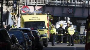 Miembros de los servicios de emergencia acordonan la zona de la estacion de metro Parsons Green en Londres , Reino Unido.