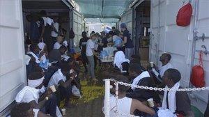 Migrantes rescatados descansan a bordo del barco Ocean Viking en el Mar Mediterráneo.