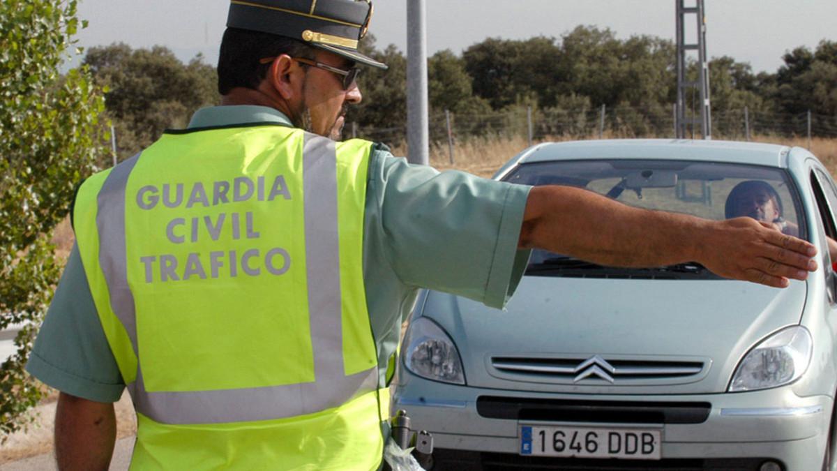 Imagen de archivo de un agente de la Guardia Civil de Tráfico parando un vehículo.