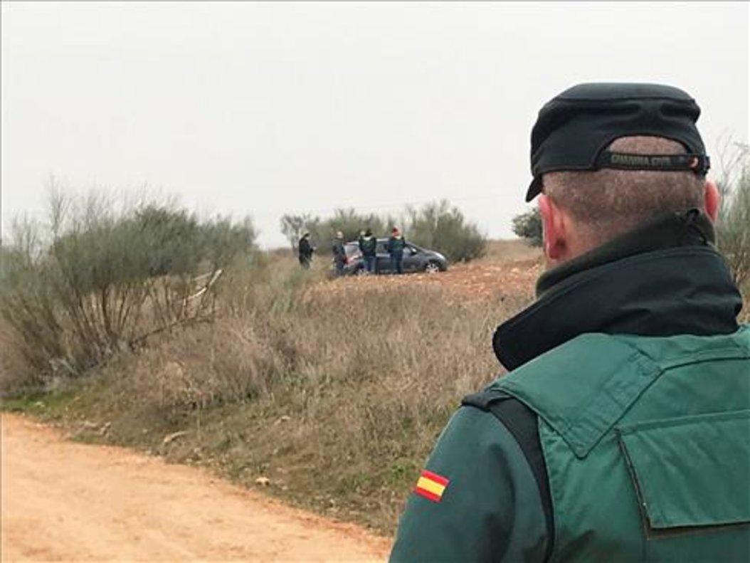 Un Guardia Civil buscando pistas en el lugar donde se encontró el cuerpo.