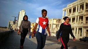 Mujeres cubanas caminan por las calles de la Habana, donde el día a día es difícil por las condiciones económicas de la isla caribeña