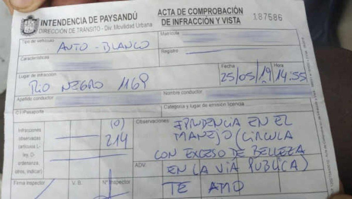 """Un policía multa a una mujer por """"exceso de belleza"""""""
