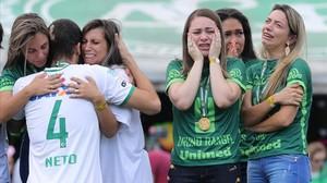 Neto, uno de los tres supervivientes, se abraza a familiares de los fallecidos en la tragedia, este sábado.