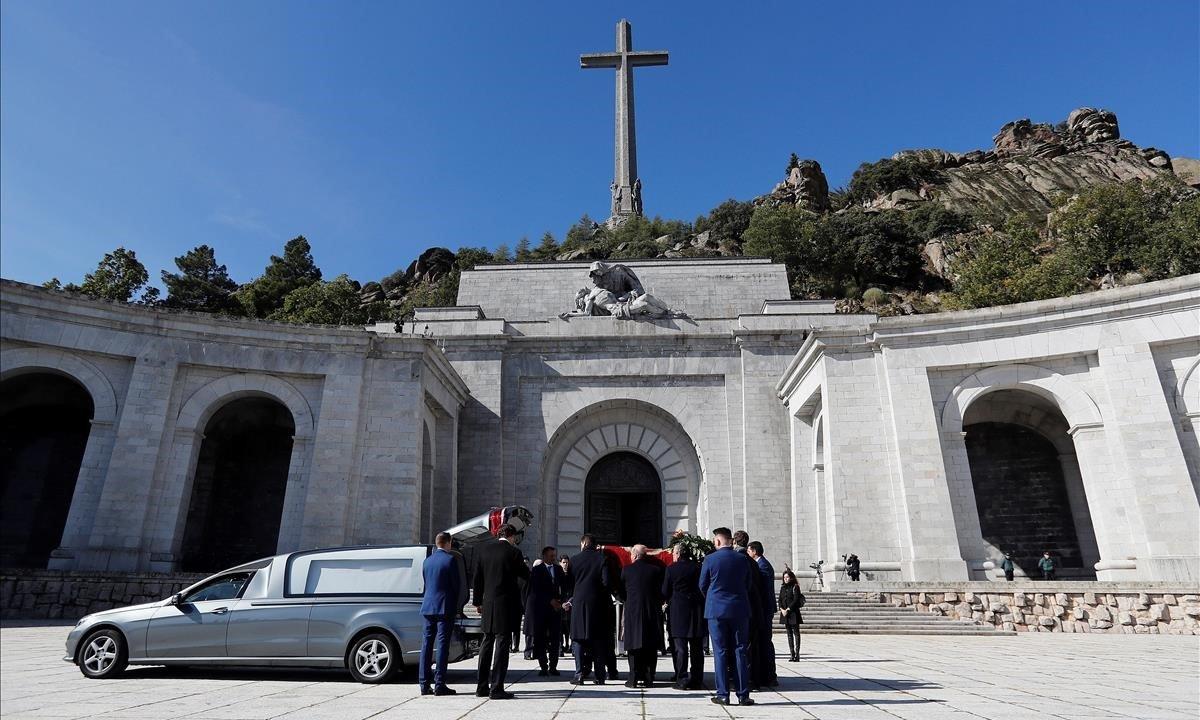 Nietos y bisnietos de Franco introducen sus restos en un coche fúnebre tras sacarlos de la basílica del Valle de los Caídos, el pasado 24 de octubre.