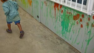 Un niño en una escuela.