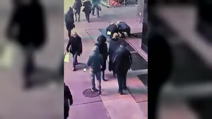 Vídeo del momento en que el hombre pierde el anillo de compromiso.