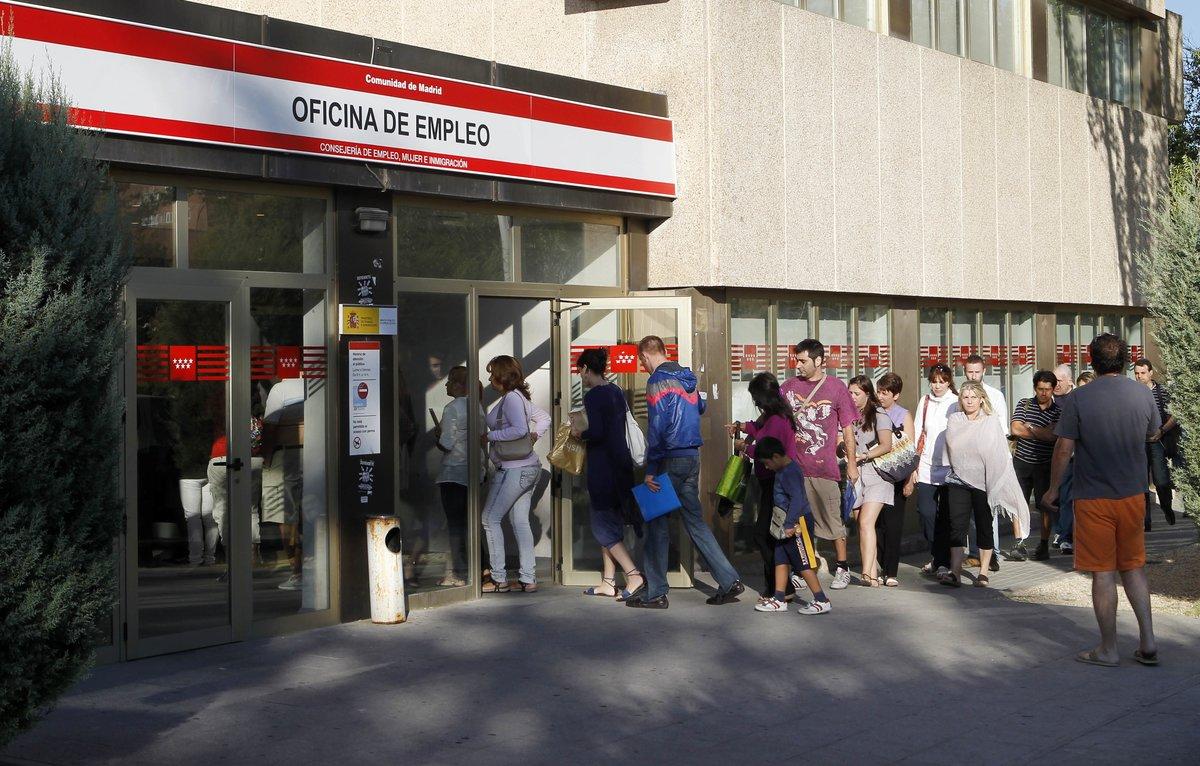 Desempleados, en fila fuera de una oficina de empleo en Madrid