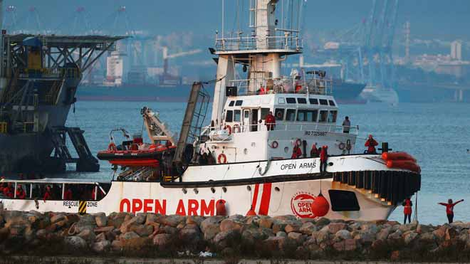 L''Open Arms' arriba a Algesires amb 300 migrants