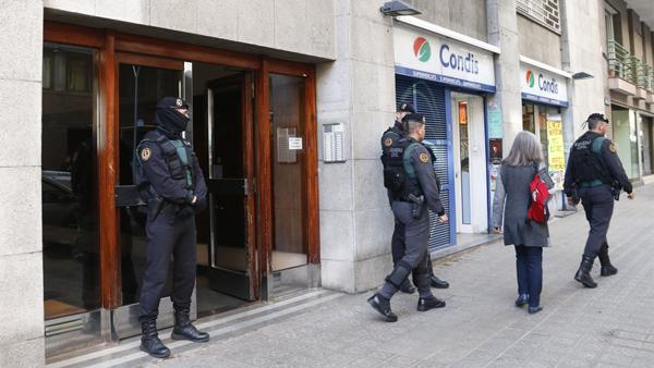 Agents de la Guàrdia Civil davant el portal de Manso 14.