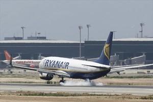 Operaciones 8 Un avión de Ryanair aterrizando en El Prat.