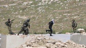 Osama Hahahjeh huye de los soldados israelís, antes de ser disparado el pasado 18 de abril.