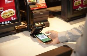 Pago con Wechat Pay en un McDonald's.