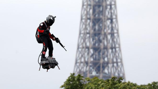 Un home volador, drons i robots, protagonistes de la desfilada del 14 de juliol a París