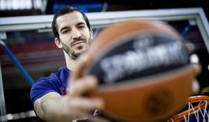 Pau Ribas posa con un balón en el Palau Blaugrana