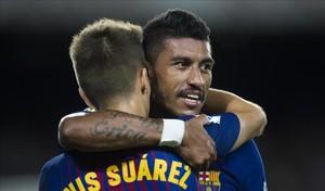 Paulinho y Denis Suárez se abrazan tras el gol del brasileño al Eibar.