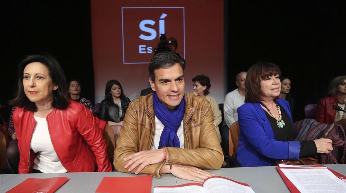 Pedro Sánchez, entre Margarita Robles y Cristina Narbona, en la presentación del programa de su candidatura a liderar el PSOE.