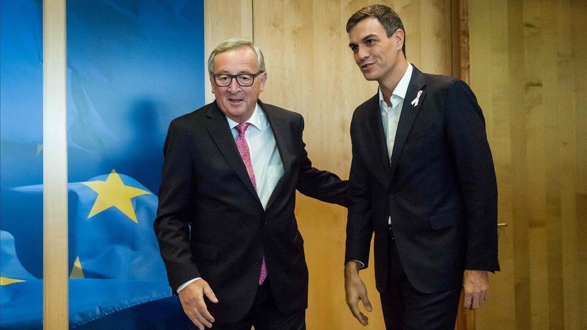 Pedro Sánchez y el presidente de la Comisión Europea, Jean-Claude Juncker, este jueves en una reunión en Bruselas.