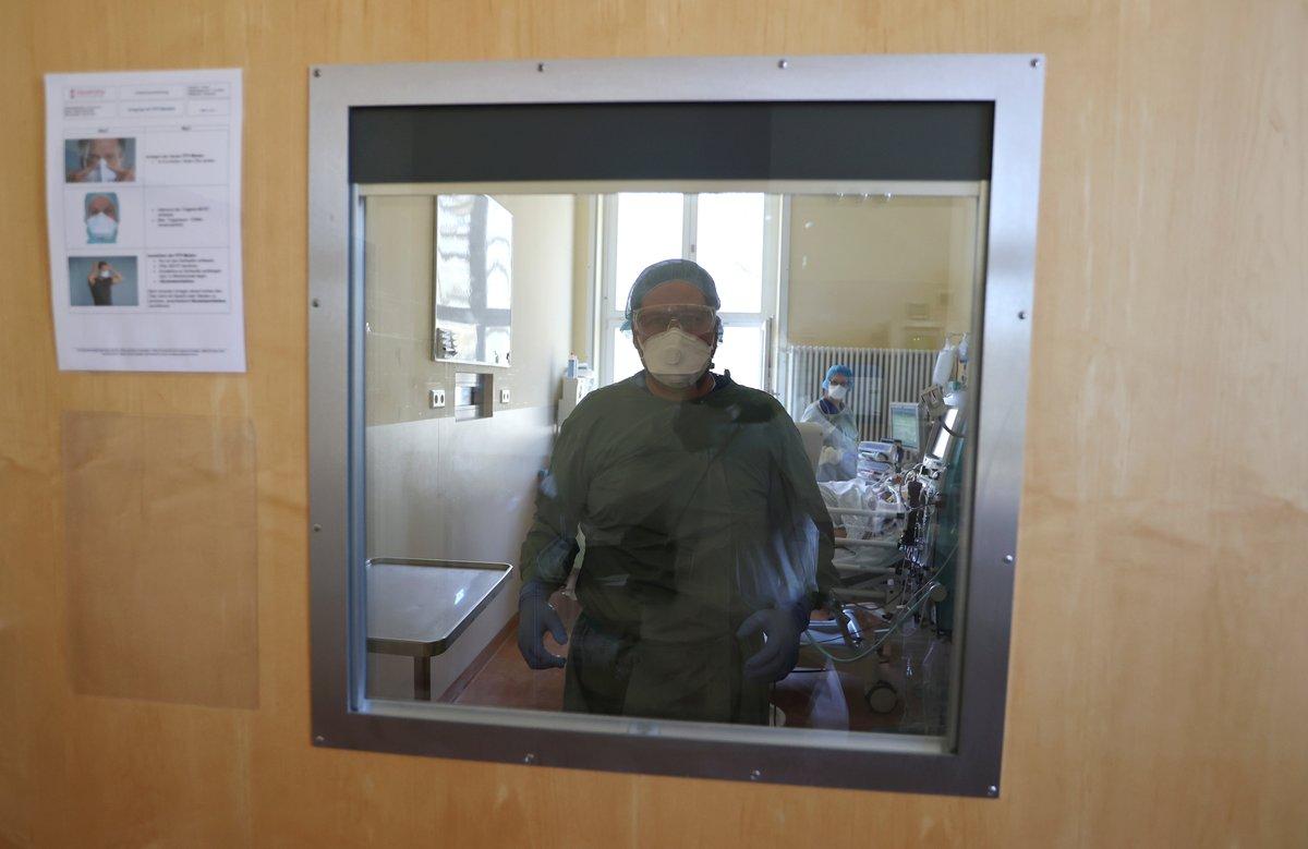 Personal sanitario tratando a un paciente de covid-19