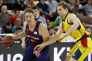 Petteri Koponen protege el balón ante el esloveno Blazic