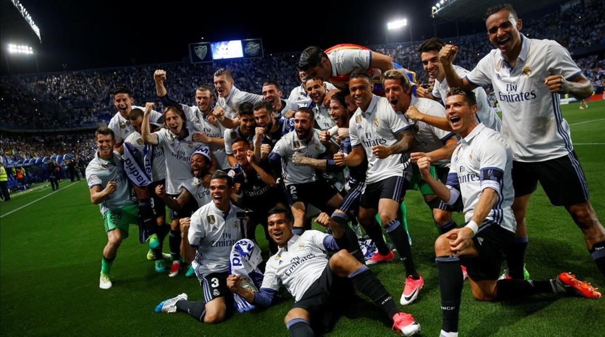 La plantilla del Madrid celebra el título de Liga.