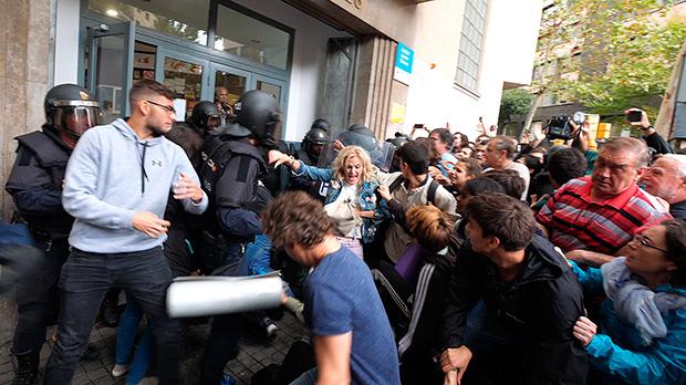 Els votants senfronten a la Policia Nacional.